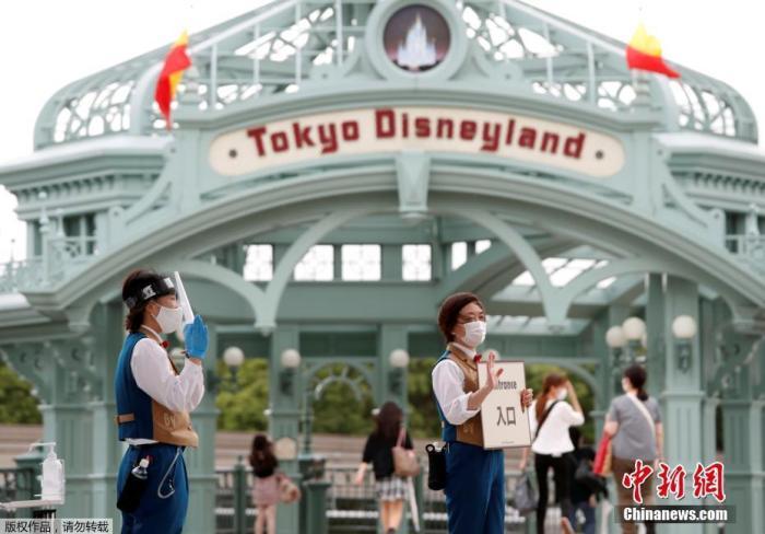 当地时间7月1日,日本东京迪士尼乐园和东京迪士尼海洋乐园恢复营业。单日入园人数将控制在以往半数以下。园方规定,游客入园前须测量体温,超过37.5度者不得入园。
