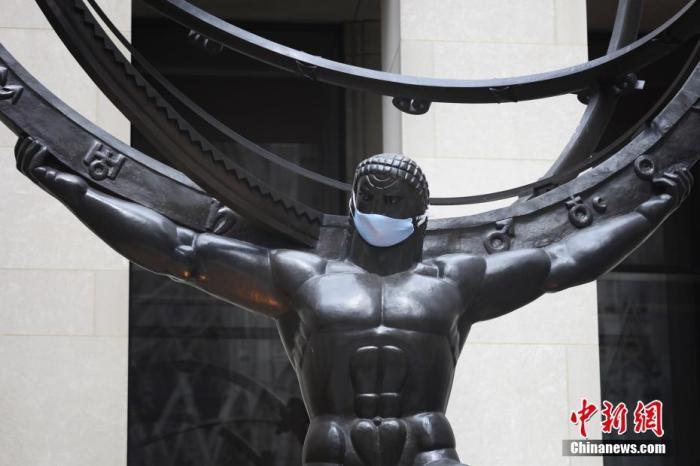 美国纽约洛克菲勒中心阿特拉斯雕塑被人戴上口罩。 <a target='_blank' href='http://www.chinanews.com/'>中新社</a>记者 廖攀 摄