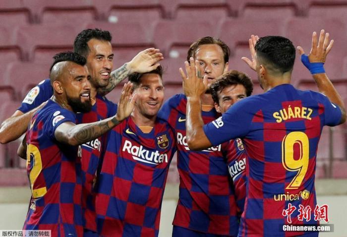 北京时间7月1日凌晨,西甲第33轮比赛中,巴塞罗那主场迎战马德里竞技,下半场,梅西主罚点球命中,完成自己职业生涯的第700个进球。梅西完成这一成就,仅用了862场比赛。最终,巴塞罗那2:2战平马竞。图为梅西与队友一起庆祝进球。