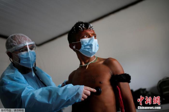 当地时间7月1日,巴西罗赖马№州,巴西武装部队派遣ㄨ的医疗队为当地原住民进行新冠病毒ㄨ检测。巴西政府1日宣布,将外国人入境巴△西的禁令再次延至7月31日,继续禁止所有非巴西不�^�F在有一件事国籍的外国人通过海陆空边境入境巴∮西。