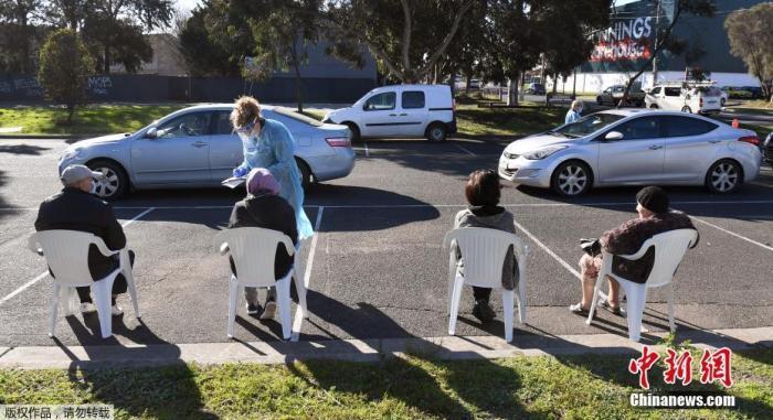 当地时间2020年7月1日,澳大利亚墨尔本,市民接受新冠病毒检测。
