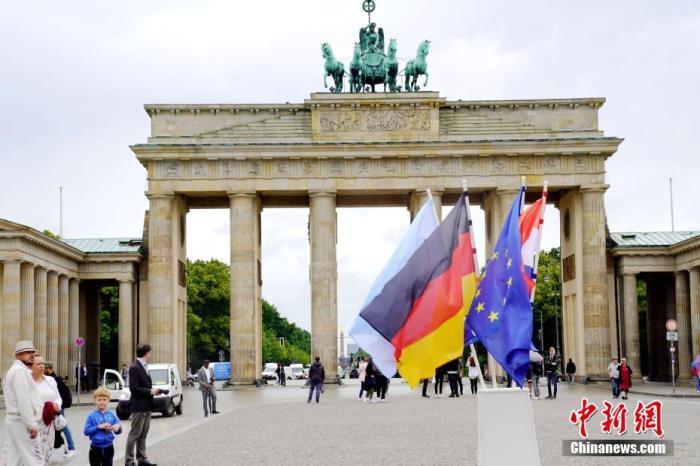 当地时间7月1日,德国柏林地标勃兰登堡门前摆放了德国、欧盟、克罗地亚三国国旗,和象征德国担任欧盟轮值主席国的旗帜。当日,德国正式接任欧盟轮值主席国快三平台倍投,开启为期半年的任期。中新社记者 彭大伟 摄