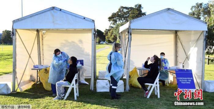 当地时间2020年7月1日,澳大利亚墨尔本,市民接受新冠病毒检测。据英国路透社7月1日报道,由于澳大利亚人口第二大州维多利亚州的新冠肺炎确诊病例连续两周呈两位数增长,当局决定将从7月1日晚些时候开始,对该州首府墨尔本市北部郊区的约30万人实施一个月的封闭隔离,以防病毒进一步传播。报道称,从午夜开始,墨尔本的30多个郊区将恢复三级管制,这意味着除了购买食品、就诊预约、工作、运动锻炼等活动以外,居民必须待在家里,不得出门。