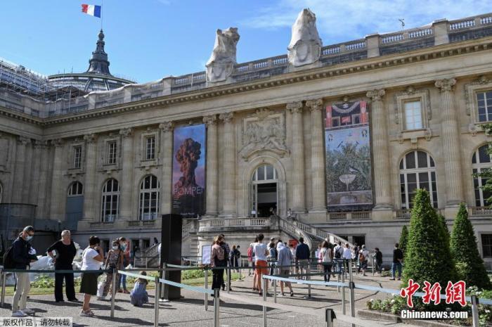 当地时间2020年7月1日,法国,巴黎大皇宫重新开放,游客排队参观。