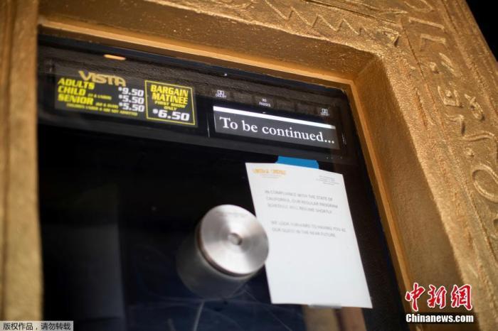 """当地时间7月2日,美国加州洛杉矶维斯塔剧院。据报道,美国加州州长加文·纽瑟姆当地时间7月1日下令,关闭19个县的室内餐厅、电影院、动物园等场所至少3周以上,以防止新冠肺炎疫情进一步加重,新命令标志着加州的重启发生了""""逆转""""。"""