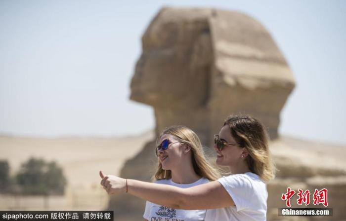 当地时间7月1日新闻,由于疫情因为不得不停歇旅游游览的埃及金字塔和狮身人面像重新批准旅客游览。