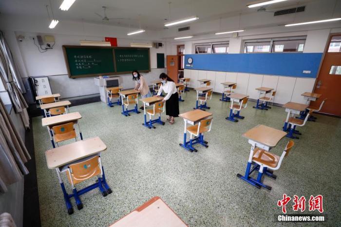 资料图:布置高考考场。中新社记者 富田 摄