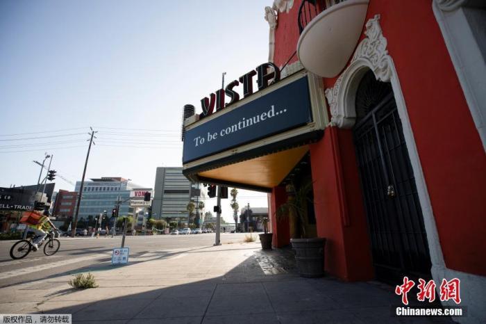 """内地时间7月2日,美国加州洛杉矶维斯塔剧院。据报道,美国加州州长加文·纽瑟姆内地时间7月1日命令,封锁19个县的室内餐厅、影戏院、动物园等场合至少3周以上,以防备新冠肺炎疫情进一步加重,新呼吁符号着加州的重启产生了""""逆转""""。"""