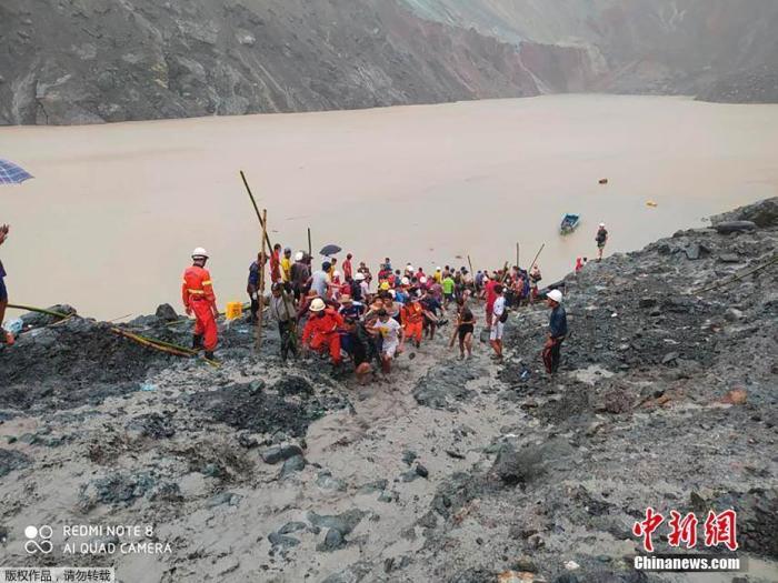 当地时间7月2日,缅甸帕敢翡翠矿区发生大规模塌方后,部分遇难者遗体被抬出现场。据法新社报道,该事故目前已造成至少162人遇难。据报道,7月2日早上,帕敢辖区会卡村发生土方塌方事故,近200名个体玉矿拾捡者被冲走。