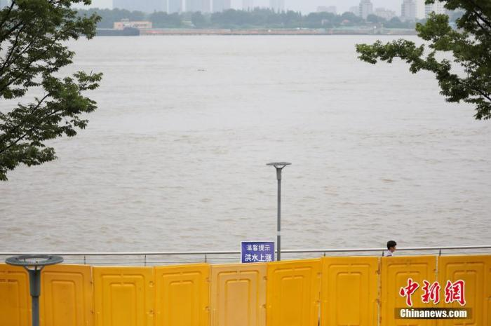 7月4日,市民从长江南京下关段滨江步道上经过。 中新社记者 泱波 摄