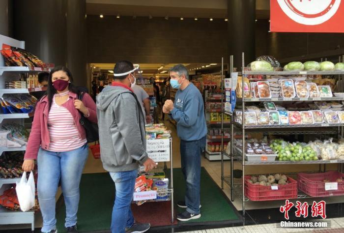 当地时间7月3日,巴西圣保罗,一家华人超市开门营业。目前,巴西最大城市圣保罗处于防疫第二级别的橙色阶段,获准恢复营业的街边店铺越来越多,市场人气逐渐上升。 中新社记者 莫成雄 摄