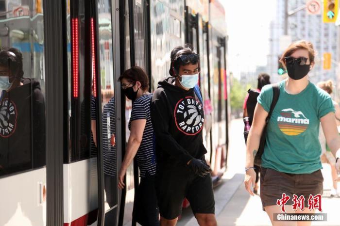当地时间7月3日,佩戴口罩的民众在加拿大多伦多搭乘电车。多伦多公共交通局自7月初起施行防疫新规,强制要求所有公共交通工具乘客佩戴口罩。 <a target='_blank' href='http://www.chinanews.com/'>中新社</a>记者 余瑞冬 摄
