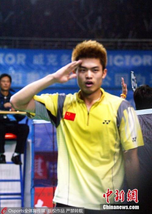 北京时间2005年12月18日,2005年世界杯羽毛球赛,林丹完胜泰国选手波萨那,拿到他个人的首个世界冠军。图片来源:Osports全体育图片社