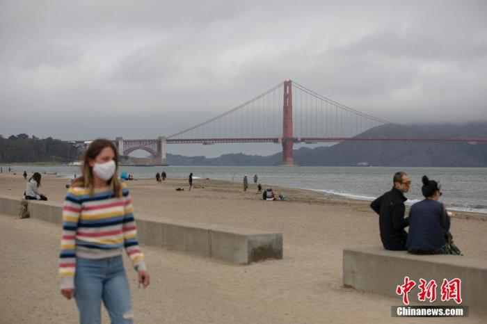 内地时间7月3日,公众在美国旧金山一处海滩上休闲。美国加州7月1日命令封锁19个县的室内餐厅、酒吧等场合至少3周以上。 /p平心在线记者 刘关关 摄