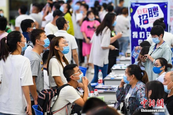 资料图:高校毕业生参加招聘会。中新社记者 武俊杰 摄