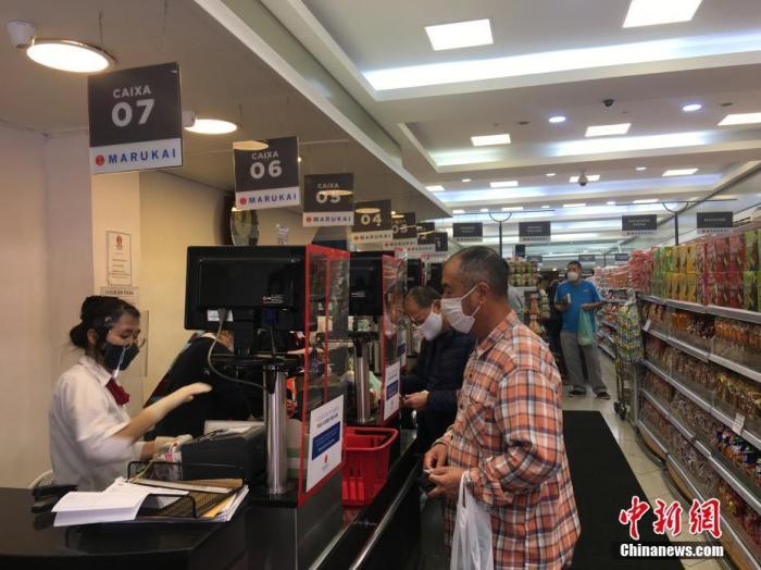 当地时间7月3日,巴西圣保罗民众在当地一家超市购物。目前,巴西最大城市圣保罗处于防疫第二级别的橙色阶段,获准恢复营业的街边店铺越来越多,市场人气逐渐上升。 中新社记者 莫成雄 摄