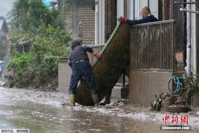 日本熊本县发生罕见暴雨天气,造成河川泛滥和地质灾害。图为清理受灾现场。