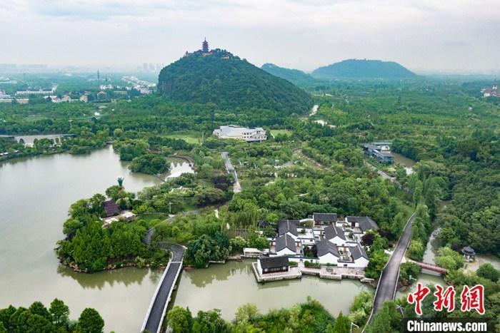 。图为6月14日,航拍江苏南通狼山、军山等滨江片区沿岸。