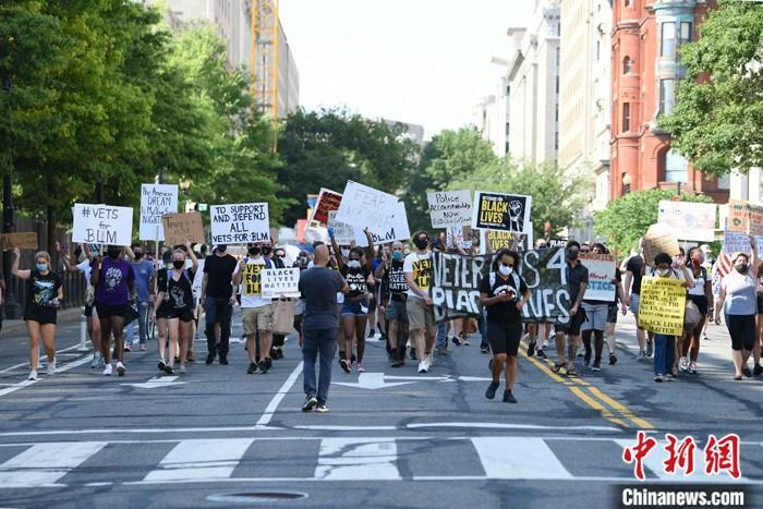 当地时间7月4日,美国华盛顿街头的反种族歧视示威者。在持续攀升的新冠肺炎疫情下,美国迎来2020年独立日。