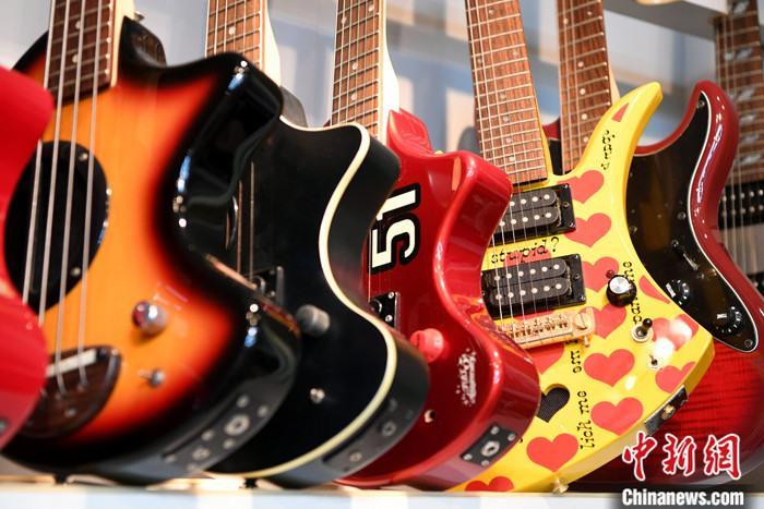 """图为6月29日,""""雅歌乐器""""展示厅里的吉他。 lt;a target='_blank' href='http://www.chinanews.com/'gt;中新社lt;/agt;记者 王东明 摄"""