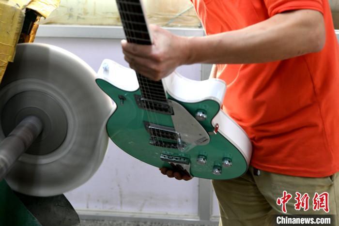 图为6月29日,工人正在车间制作吉他。 lt;a target='_blank' href='http://www.chinanews.com/'gt;中新社lt;/agt;记者 王东明 摄