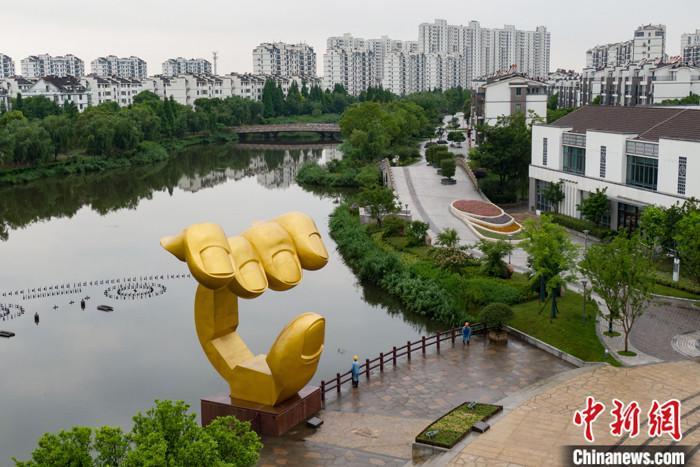 图为6月13日,航拍全国文明村――张家港市永联村一角。 中新社记者 泱波 摄