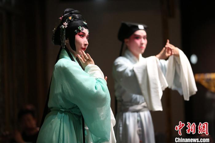 图为6月11日,江苏苏州,中国昆曲博物馆上演厅堂版《浮生六记》。 中新社记者 泱波 摄