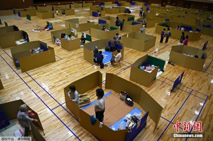 """当地时间7月6日,日本熊本县八代市,当地民众在综合体育馆的避难中心间隔一定距离休息,以保持着""""社交距离""""。"""