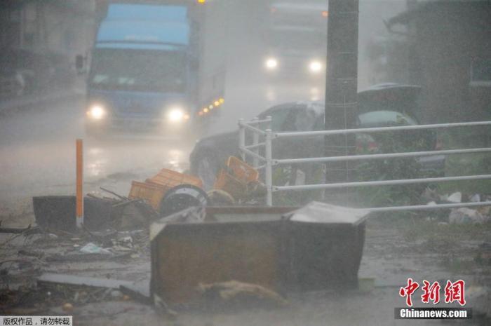 图为当地时间7月6日RGDF,熊本县Ashikita市2Np0,一条街道被洪水淹没P2F。