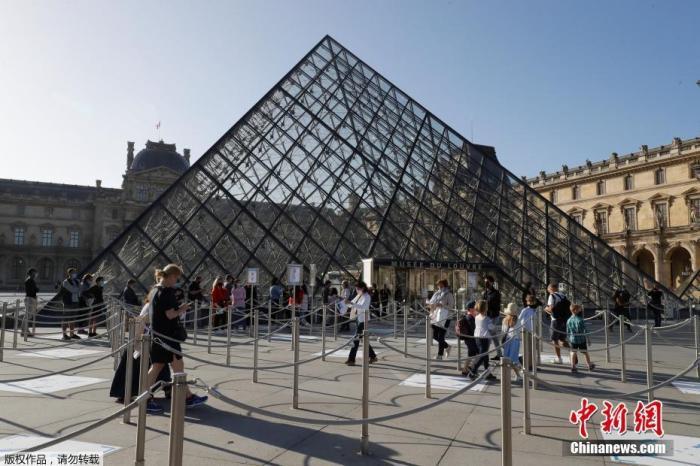 当地时间7月6日,据法新社报道,巴黎卢浮宫在闭馆了近4个月后重新盛开,但受新冠疫情影响,片面区域仍向游客关闭。图为游客在卢浮宫博物馆门口排长队期待。