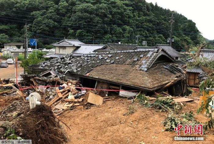 图为当地时间7月5日,熊本县阿什基塔市暴雨引发的山体滑坡后,房屋倒塌。