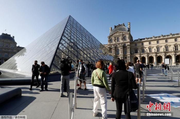 图为游客在卢浮宫博物馆门口排长队期待。
