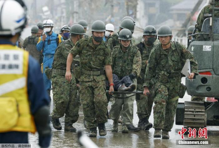 """当地时间2020年7月5日,日本熊本县发生罕见暴雨天气,造成河川泛滥和地质灾害,约有30处地方对外交通中断,形同""""陆上孤岛"""",日本自卫队成员参与救援工作。"""