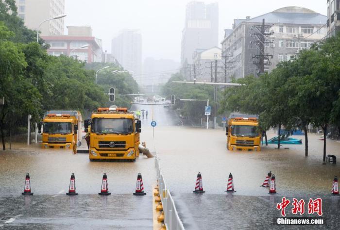 资料图:排涝车进行抽水作业。中新社记者 张畅 摄