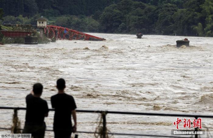 当地时间7月6日,日本西南部熊本县遭遇强降雨后,河水上涨将原本架在河道上的桥梁冲毁。