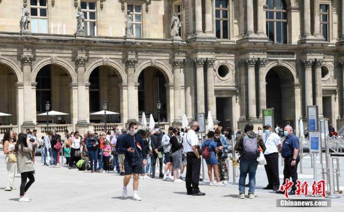 当地时间7月6日,法国巴黎卢浮宫恢复开放,采取严格的疫情防控措施,控制参观人数。受新冠肺炎疫情影响,卢浮宫关闭长达16周。<a target='_blank' href='http://www.synthninja.com/'>中新社</a>记者 李洋 摄
