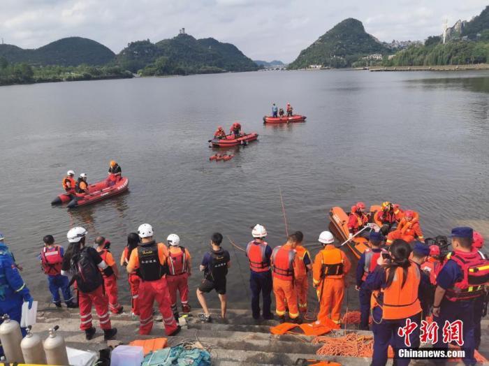 7月7日12时许,贵州省安顺市西秀区一辆公交车在行驶过程中冲出路边护栏,坠入虹山湖中。截至7日17时30分,共搜救出36人,其中21人死亡、15人受伤,伤员已全部转往医院救治。15时35分贵阳支队调集10名潜水员3搜橡皮艇共4车16人,234件套水域救援装备已到达救援现场,5个救援编组在开展救援。图为救援现场。应急管理部消防救援局 供图