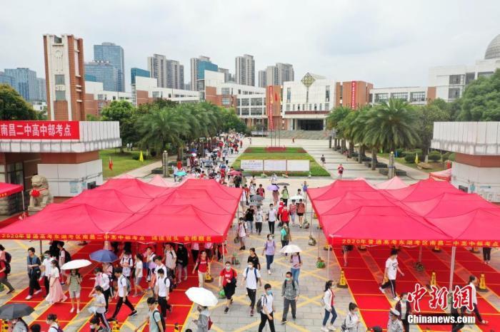 资料图:高考考生走出科场。/p平心在线记者 刘占昆 摄
