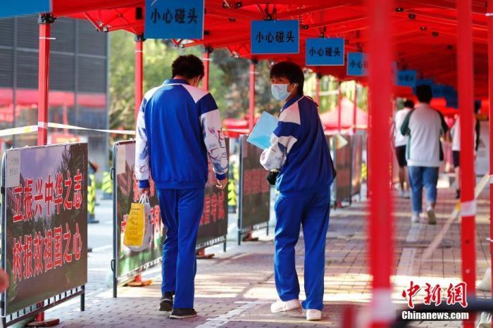 北京市海淀区北大附中考点,考生有序入场。 中新社记者 盛佳鹏 摄