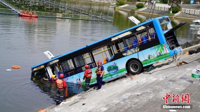 7月7日12时许,贵州省安顺市西秀区一辆公交车在行驶过程中冲出路边护栏,坠入虹山湖中。图为救援现场。应急管理部消防救援局 供图