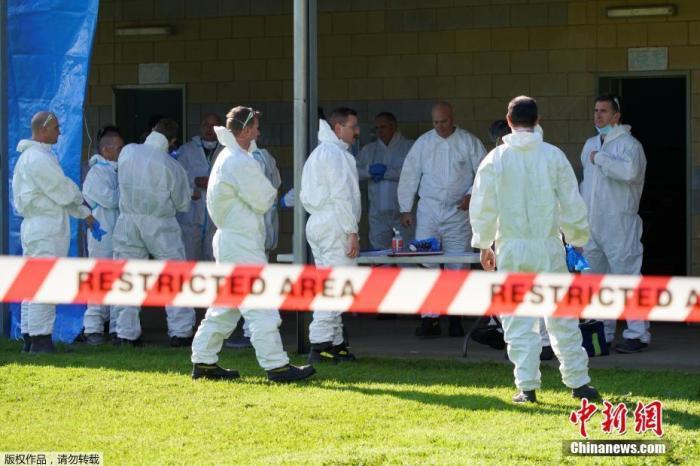 """澳大利亚广播公司(ABC)报道称,此次恢复""""封锁"""",意味着墨尔本人除了四大理由(购买必需品,锻炼身体,工作或学习,照顾他人或寻求医疗服务),不得出门。图为当地时间7月8日,澳大利亚墨尔本,消防部门身穿防毒服的工作人员在公共住宅大楼外的禁区集合。"""