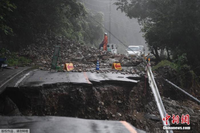 7月8日消息,受停滞的梅雨锋面影响,日本九州地区北部7日继续遭遇强降雨天气。迄今,九州因暴雨引发的洪水泛滥、山体滑坡造成的死亡人数升至55人,另有13人失踪。图为日本熊本县一处公路坍塌。