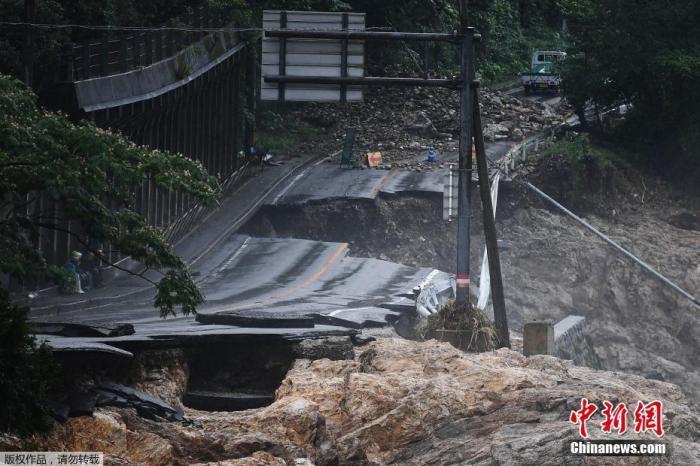 日本『九』『州』『地』『区』近日『普』降『暴』『雨』,多地『受』灾严『重』。图为熊本县一处『公』路坍塌。