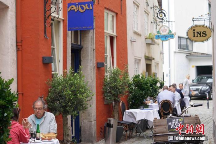 资料图:在德国,人们在不来梅古老的施诺尔街区内用餐。 <a target='_blank' href='http://www.chinanews.com/'>中新社</a>记者 彭大伟 摄
