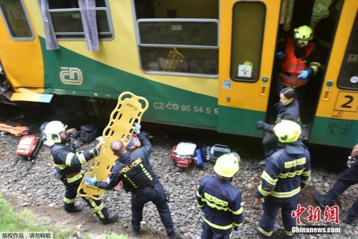 据报道,事故发生在佩尔尼米克与温泉小镇卡罗维发利的诺夫汉里之间,临近德国边境。伤者中,有9人情况较为严重。图为事故现场。