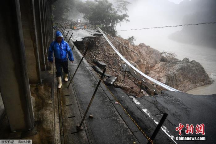 """日『本』九州近『日』普降『暴』雨,大雨导『致』多处『公』路坍塌,一『些』村落沦为""""『孤』『岛』""""。"""