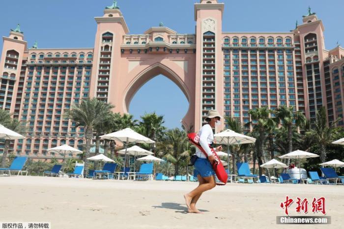 资料图:当地时间7月7日,受新冠疫情影响,在阔别3个多月之后,迪拜重新向海外旅客开放,持阿联酋有效签证的外国旅客即日起即可入境。图为迪拜地标建筑五星级棕榈岛亚特兰蒂斯酒店重新开放。