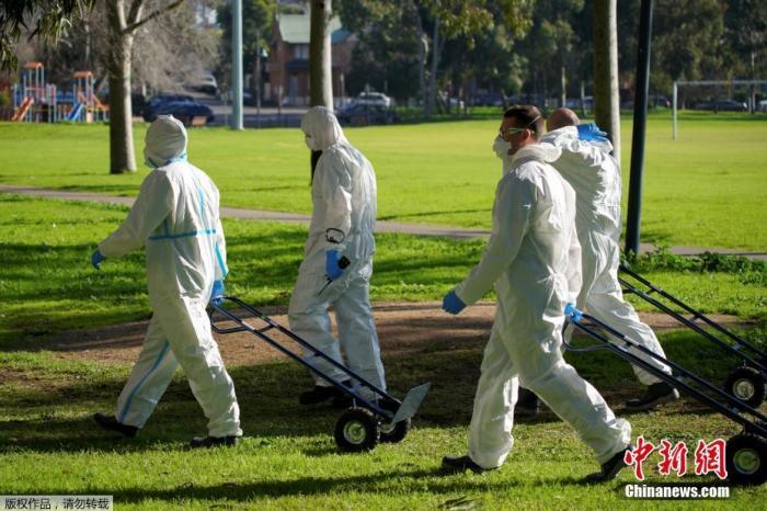 图为当地时间7月8日,澳大利亚墨尔本,消防队的成员走向一座被封闭的公共住宅楼。