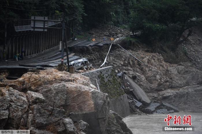 近日,以日本九州岛为中心的多地普降暴雨,并在多地引发河流泛滥和泥石流等地质灾害。图为日本熊本县一处公路坍塌。