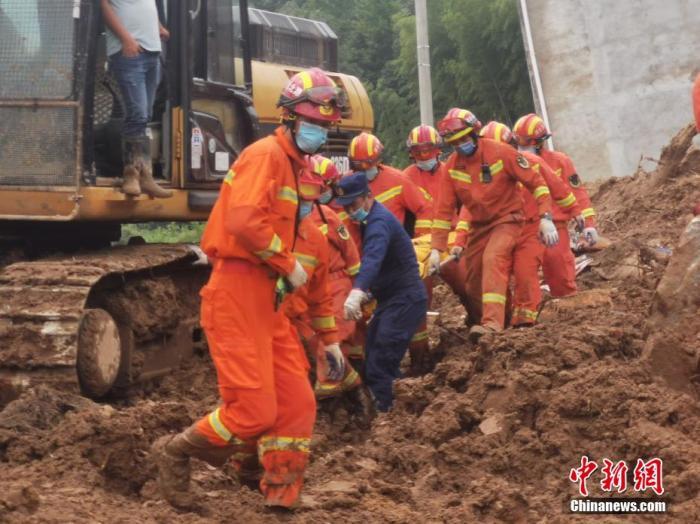 受特大暴雨影响,7月8日凌晨4时许,湖北黄梅县袁山村3组突发山体滑坡,导致5户9名民众被埋。图为最后一名被困人员被抬出 鄂消宣 摄